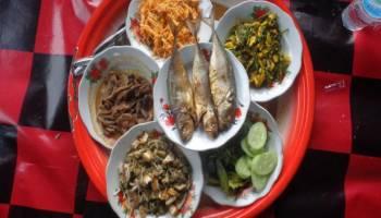 Makan Dengan Sajian Dulang Dengan Menu Jamur Pelawan